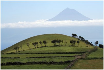 Azorit kuvia - Pico saaren Pico vuori kuvattu S�o Jorgen saarelta
