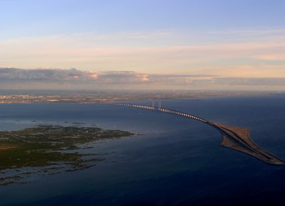 Juutinrauman silta yhdist�� Tanskan K��penhaminan ja Ruotsin Malm�n
