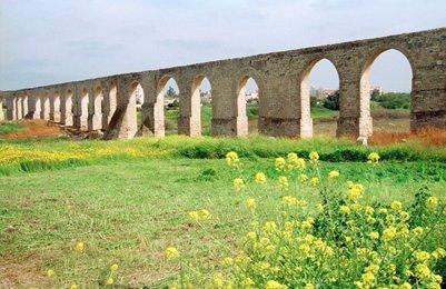 Vanha roomalaistyylinen akvedukti Larnakassa