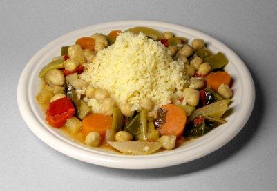 Pohjoisafrikkalaista kuskusta vihannesten ja kikherneiden kanssa tunisialainen keitti� ruoka